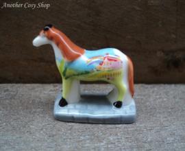 Beeldje beschilderd paard landschap