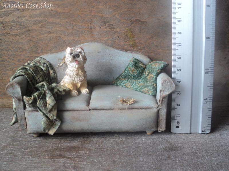 Poppenhuis miniatuur versleten bank met hondje schaal 1:12