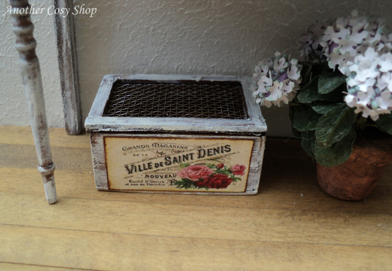 Miniature crate with lid