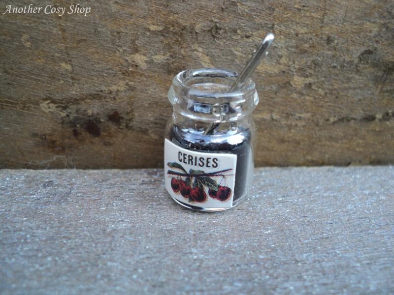 Poppenhuis miniatuur glazen potje jam met lepel schaal 1:12