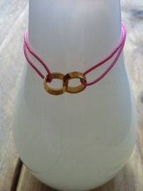 Armbandje 2 ringetjes goud/pink.