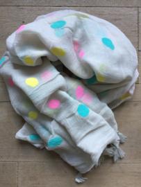 SALE. Sjaal beige met gekleurde polkadot en kwastjes.