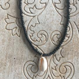 Korte ketting Bali zwart met schelpje
