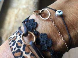 Armbandje elastiek met letter.