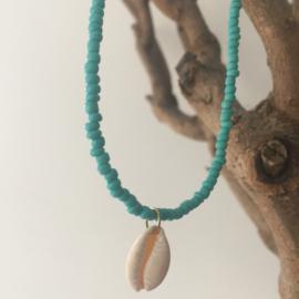 Korte ketting Bali turquoise met schelpje