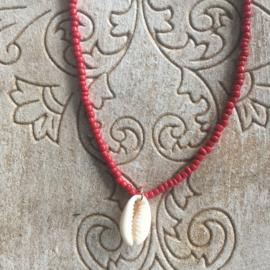 Korte ketting Bali rood met wit schelpje