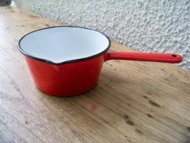 Rood emaille steelpannetje
