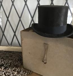 Hoge hoed met doos