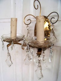 Oud wandlampje met kristallen pegels