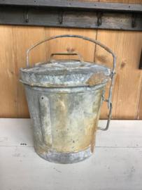 Oude zinken vuilnisemmer