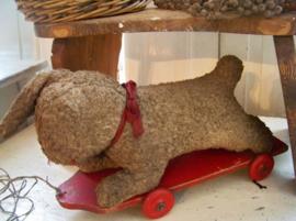 Oud speelgoedkonijn op wieltjes