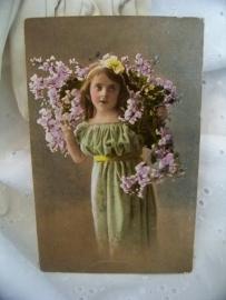 Meisje met bloemenguirlande
