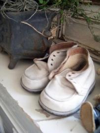 Oude witte babyschoentjes