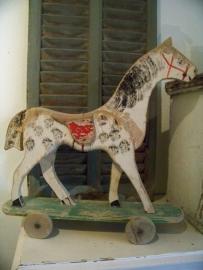 Oud houten trekpaardje