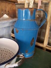 Oude blauwe melkkan