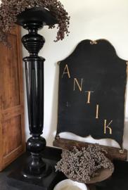 Zwarte houten zuil, Piëdestal