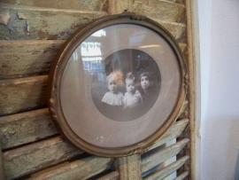 Oude foto van 3 kindjes, in een oud lijstje