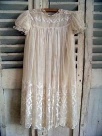 Antiek jurkje van tule en zijde...