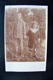 Oude foto van broertje en zusje