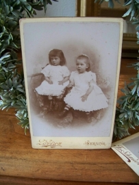 Kabinetfoto van twee meisjes