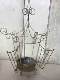 Oude lantaarn of planthouder