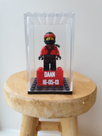 Ninjago Kaj met 2x4 blokje en display maat L