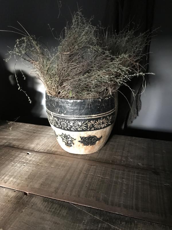Aura Peeperkorn papier-maché pot