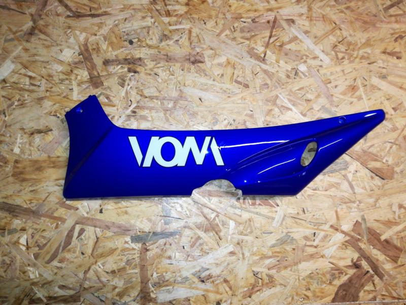 VOM - Xrace/F22 - Side Skirt onder voetplaat - LINKS - Blauw (met Logo) - (VAK Z-60.01)