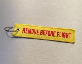 Remove Before Flight Sleutelhanger Geel - Rode Tekst