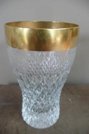 Twee kristallen bewerkte glazen afgezet met vergulde rand