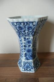 Oud Delft:  prachtig gedecoreerde vaas, nr. 615/1, 18 cm hoog