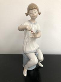 Lladro porselein: Girl Manicuring /  Pijama Manicura 01001082 Vicente Martinez 1971-1985, 19 cm hoog