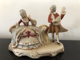 Grafenthal beeld,  heer met rode jas en citer en zittende dame