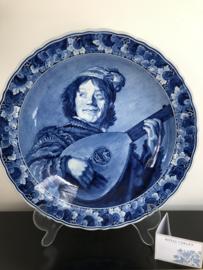 de Porceleyne Fles, wandbord nr. 9519 De Nar / Luitspeler naar Judith Leyster (1609-1680) jaarletters DZ=2005 schilder dhr. M.C. Krieger (1955-2005) 41,5 cm