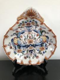 Tichelaar Makkum:  prachtig gedecoreerd  polychroom scheerbekkentje nr. 1124, 21 cm x 22,5 cm