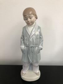Lladro porselein: Boy With Robe / Nino Batin  Francisco Catala  1974-1983 hoogte 20 cm  nr. 01004900
