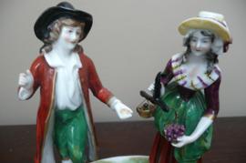 Aelteste Volkstedt: antiek beeldengroepje dame en heer met fruit