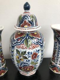 Oud Delft: prachtig gedecoreerd polychroom kaststel nr. 605 dekselpot (605) hoogte 21 cm twee zijvaasjes (605/1) hoogte 14 cm