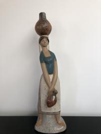 Lladro Gres porselein: Girl To The Fountain / Aldeana a La Fuente 01012023 Fulgencio Garcia 1971-1979 hoogte 47 cm