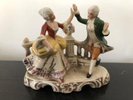 Grafenthal beeld,  dansende heer met groene jas en dame gele jurk