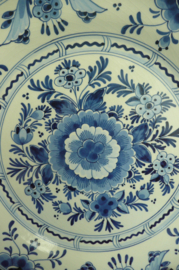 20% KORTING: de Porceleyne Fles bord nr. 5909 bloemen 25 cm DC=1983 schilder TGE (mw. A. Gerritse 1977-1994)