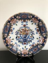 Tichelaar Makkum:  prachtig gedecoreerd polychroom  wandbord BO30/6 bloemenmand doorsnede 31 cm  periode vanaf 1980