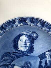 20% KORTING:  de Porceleyne Fles, wandbord nr. 9519 De Nar / Luitspeler naar Judith Leyster (1609-1680) jaarletters DZ=2005 schilder dhr. M.C. Krieger (1955-2005) 41,5 cm