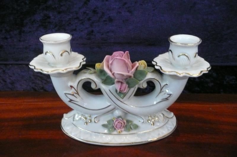 Volkstedt porseleinen 2 armige kandelaar met roos