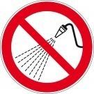 Verbodssticker besproeien met water