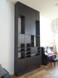 Wandkast eiken zwart ca. 4 meter hoog