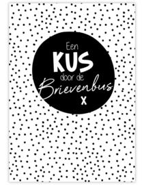 Ansichtkaart - Een kus door de brievenbus