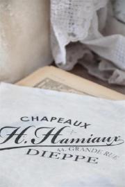 """Meubel en doosdecoratie """"Chapeaux"""" / JDL"""