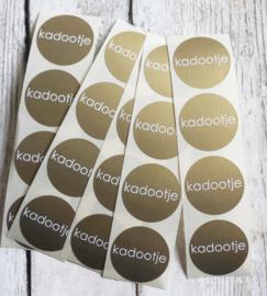 Sticker kadootje goud | rond| 40 stk