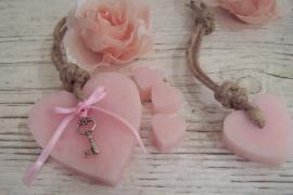 TI Zeep hanger hart roze met sleutel